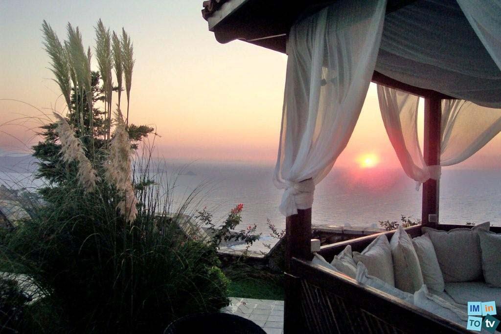 Bien de Prestige au Saint Tropez de l'Egée, villa de standing en rivage avec vue mer, piscine privée, grande terrasse, jardin, accès à la direct plage …