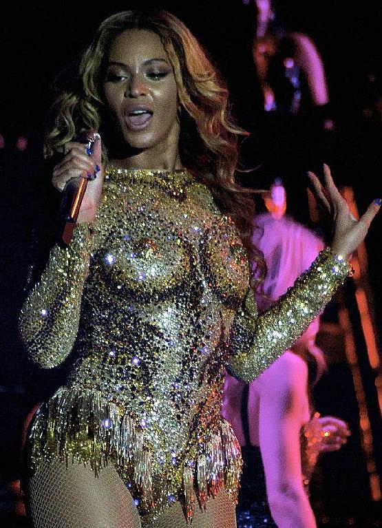 Costume de faux seins de Beyoncé et sa robe tétons boobs !