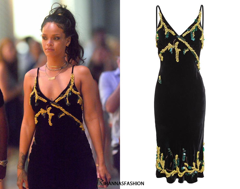 A la découverte de la robe dos-nu portée par Rihanna à l'occasion du Nouvel An 2015
