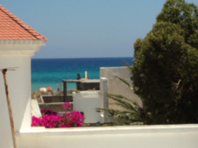 A vendre à Nabeul Korba grande villa neuve en bord de mer à 150m superbe plage de sable fin avec clim, chauffage central, grand jardin et terrasse