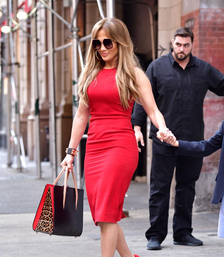Le costume de léopard rouge de Jennifer Lopez est la version moderne d'un «costume de puissance»