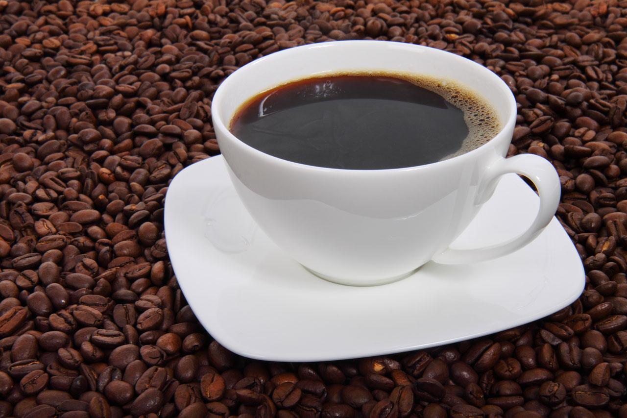 Tenir une tasse de café chaud rendrait plus généreux