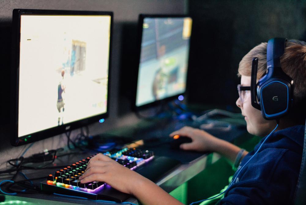 jouant aux jeux vidéo