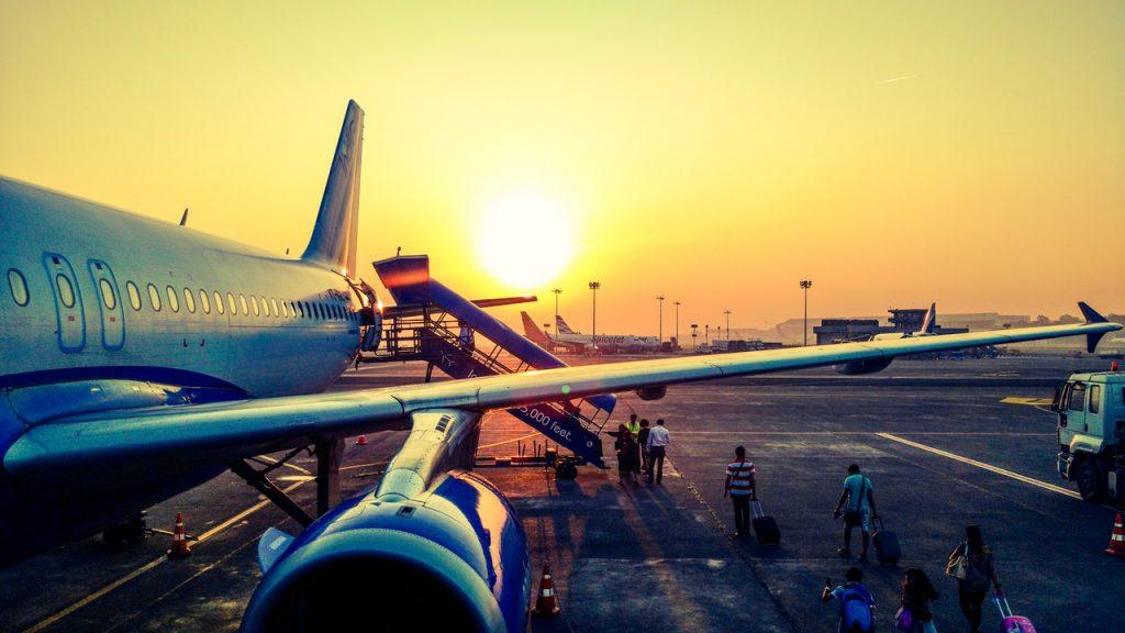 avion couché de soleil