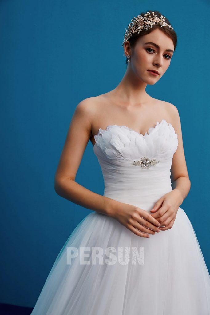 Robe de mariée bustier coeur orné de plumes & bijoux