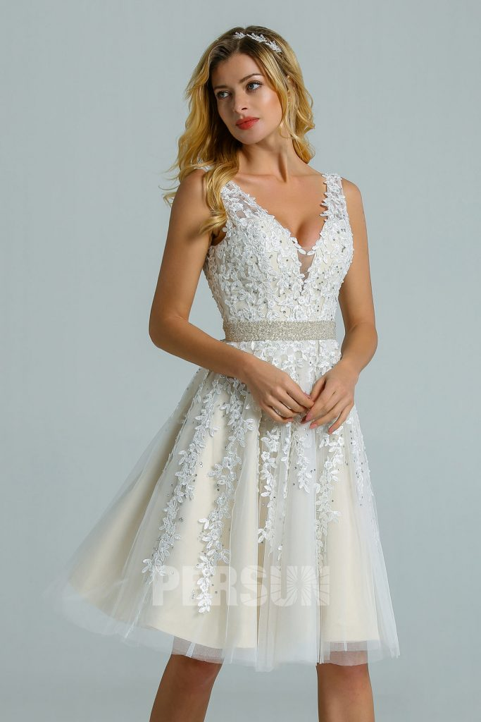 Robe de mariée en dentelle  ligne A courte au dessus des genoux