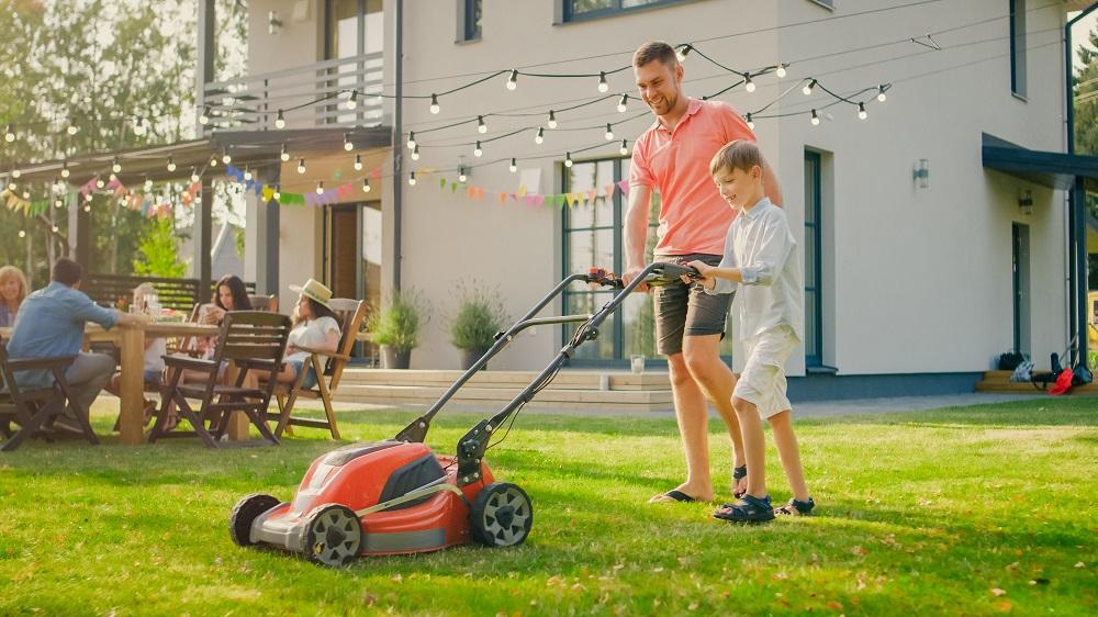 tondre le gazon pour avoir une jolie pelouse