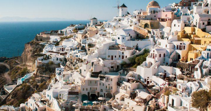 Découvrez l'île cycladique Santorin pendant vos vacances en Grèce