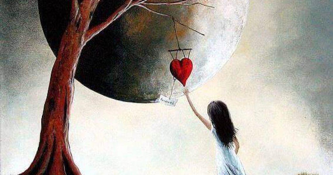 Fille-prenant-un-coeur-dans-un-arbre